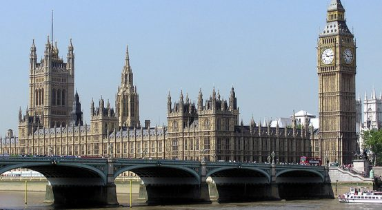 As casas do parlamento inglês, vistas através da ponte de Westminster - Foto: Adrian Pingstone via Wikimedia Commons