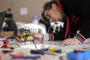 Ao entrar na pista de competição, robôs precisam estar prontos para enfrentar vários desafios | Foto: Denise Casatti