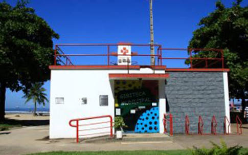 A Gibiteca Municipal de Santos se localiza na orla da praia