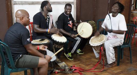 Grupo Esperança, do Togo, em aula na Ocupação Cambridge - Sylvia Caiuby Novaes
