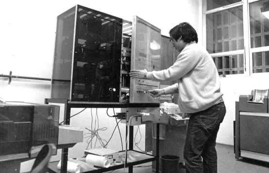 Engenheiro da Poli opera o Patinho Feio, o primeiro computador brasileiro - Foto: Kenji/AE