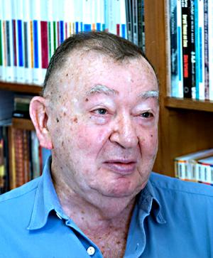 Jacó Guinsburg é tradutor, crítico de teatro, ensaísta, e professor da Escola de Comunicações e Artes