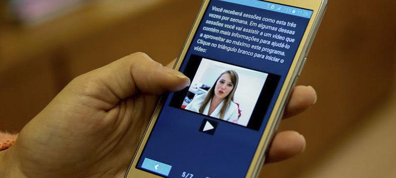 Smartphone com aplicativo instalado - Foto: Cecília Bastos/USP Imagens