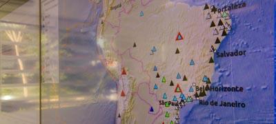 Tela de monitoramento das estações sismográficas - Foto: Marcos Santos / USP Imagens