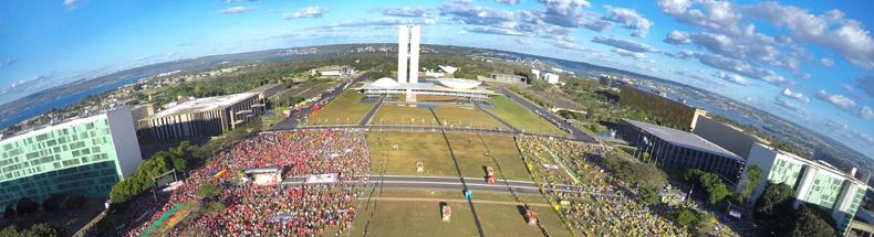 Manifestantes pró (à direita) e contra (à esquerda) o impeachment ocupam a Esplanada dos Ministérios durante o processo de votação na Câmara dos Deputados - Foto: Juca Varella/Agência Brasil