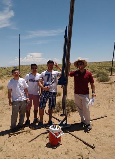 Foguete Jupiter I em posição de lançamento no deserto de Utah na 10th IREC. Da esquerda para direita: Professor Edilson Hiroshi Tamai; Diego Ferraz Nazaré; Gustavo Calviño; Lucas Bitran Giestas - Foto: Divulgação/Pet Mecânica