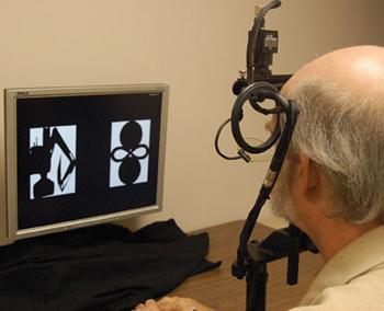 Eye-tracker: aparelho que monitora a movimentação ocular durante uma sessão de testes de memória - Foto: Brandee Winstead