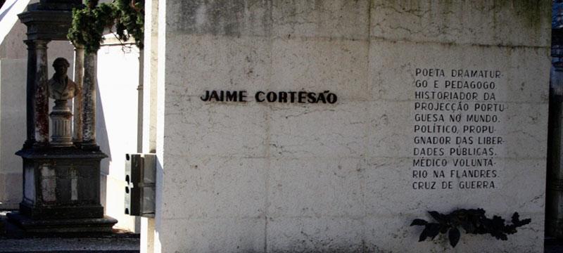 Túmulo de Jaime Cortesão no Cemitério dos Prazeres, em Lisboa - Foto: Wikimedia Commons