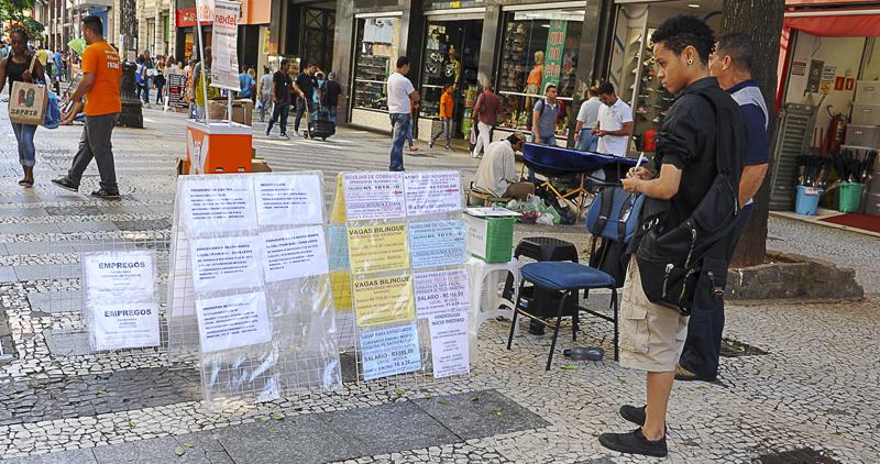 Jovem procura por emprego na cidade de São Paulo - Foto: Marcos Santos/USP Imagens