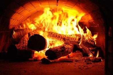 Estudo sugere que controlar as emissões de fontes de poluentes não reguladas e subestimadas, como a queima de lenha por pizzarias e de carvão vegetal por churrascarias, pode melhorar a qualidade do ar na metrópole - Foto: divulgação/Wikimedia Commons