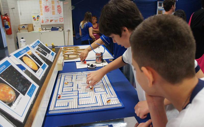 Alunos brincando com as baratinhas robôs no labirinto - Foto: Divulgação