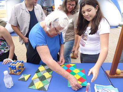 Senhora jogando dominó de cores (Banca da Cência Participa da SBPC em São Carlos) - Foto: Divulgação