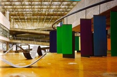 Ruy Ohtake formou-se na FAU em 1960. Teve como referência os mestres João Vilanova Artigas, Lucio Costa e Oscar Niemeyer. Suas obras têm a poética das curvas do arquiteto carioca, mas primam pela liberdade plástica e maleabilidade da forma. Ohtake inventa o desenho e reinventa a técnica - Foto: Reprodução