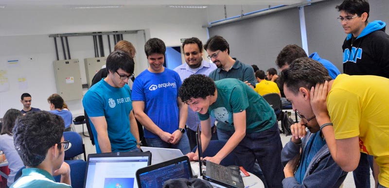 Equipe de Adriano (de camiseta verde, ao centro) no penúltimo dia de aula - Foto: Denise Casatti/ICMC