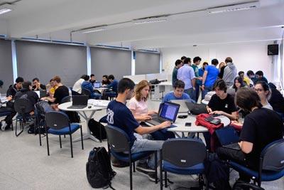 Na sala de aula, o clima é de desconcentração e concentração a um só tempo - Foto: Denise Casatti/ICMC