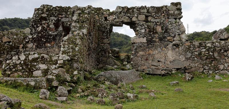 Vista de uma parte do Monumento Nacional Ruínas Engenho São Jorge dos Erasmos - Foto: Marcos Santos/USP Imagens