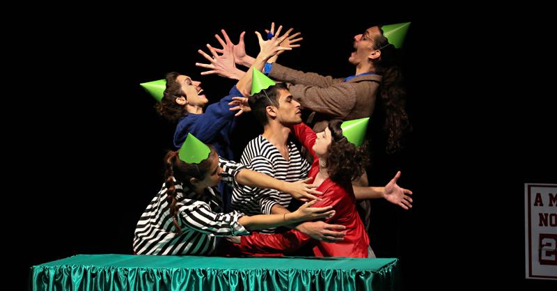 Cena do espetáculo teatral (.dentro) - Foto Cecília Bastos/Usp Imagens