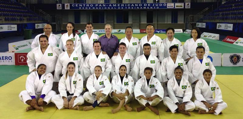 Atletas da Seleção Brasileira posam com os quimonos dos Jogos Olímpicos Rio 2016 - Foto: Breno Barros/brasil2016.gov.br