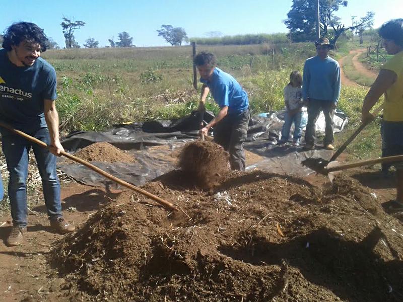 Membros do projeto em atividade no assentamento - Foto: Arquivo Pessoal