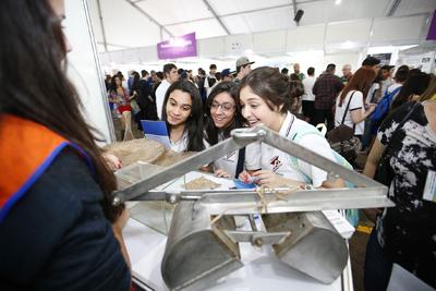 Estudantes na Feira de profissões - Foto: Marcos Santos/USP Imagens