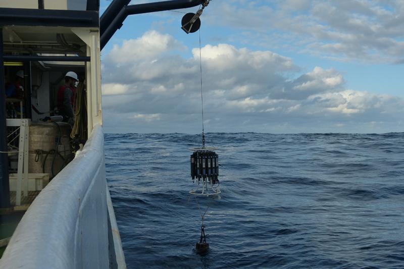 Coleta de água realizada por pesquisadores que participaram do cruzeiro de pesquisa do navio Alpha Crucis. Foto: Raíssa Basti Ramos