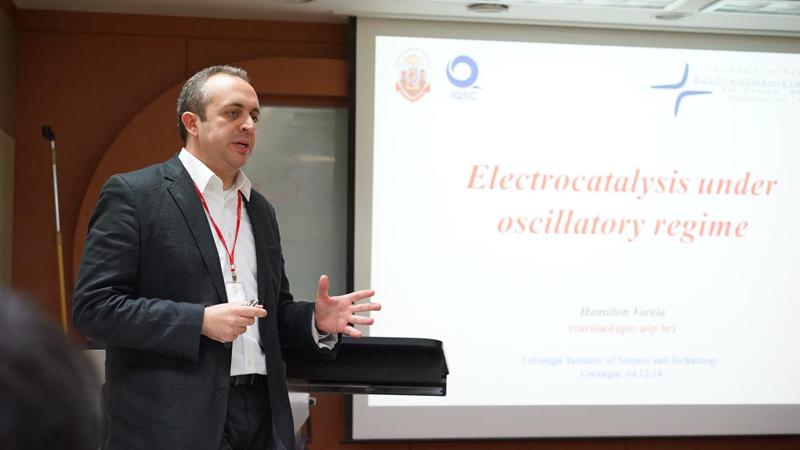 Professor Hamilton é especialista em interconversão entre energias química e elétrica Consultar site da Royal Society of Chemistry
