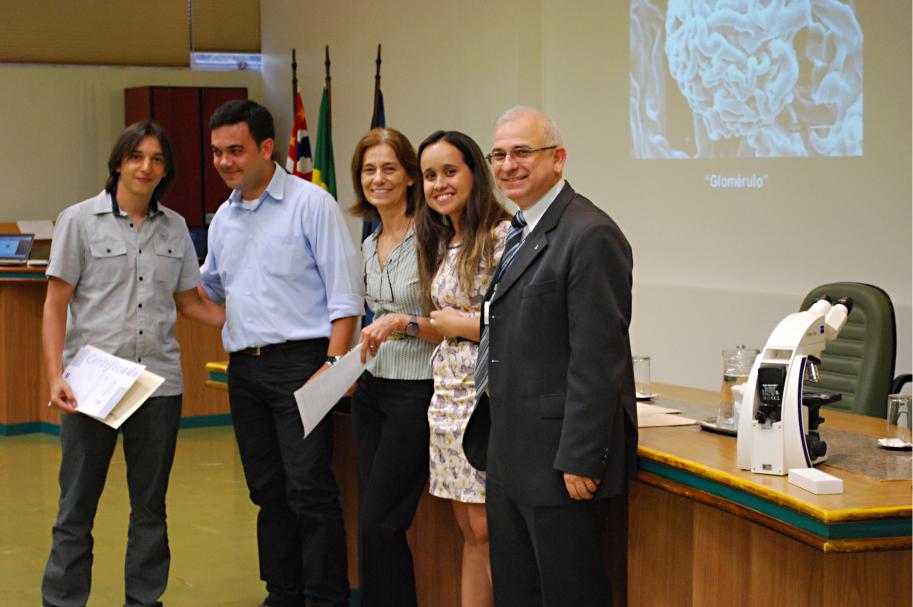 Paulo Henrique de Matos Alves, 2º lugar, Daniel Gustavo (Zeiss), Profa. Gláucia Machado Santelli (ICB), Ágata Pedroso Natalo (Comunicação Visual/ICB) e Prof. Rui Curi (Diretor do ICB)