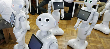No Japão, os robôs Pepper, de tecnologia Sofbank, interagem com as pessoas - Foto: Divulgação/Mashable