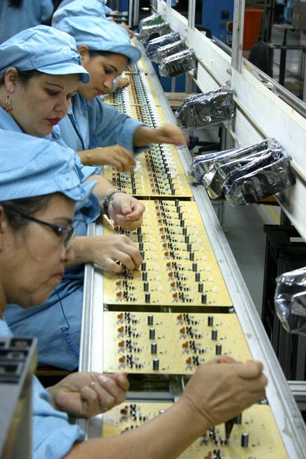 Funcionários de fábrica de componentes montam placas de áudio e vídeo, em Manaus, AM - Foto: Alberto César Araújo/Folhapress via Revista IEA