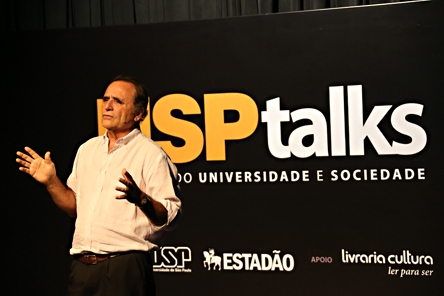 """Augusto Damineli durante o USP Talks: """"Origens da vida e do universo"""" - Foto: Cecília Bastos/USP Imagens"""