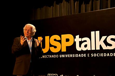 """João Steiner durante o USP Talks: """"Origens da vida e do universo"""" - Foto: Cecília Bastos/USP Imagens"""