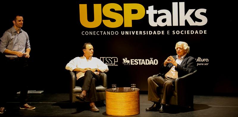 """O jornalista Herton Escobar, do Estadão, Augusto Damineli e João Steiner durante o USP Talks sobre as """"Origens da vida e do universo: Como tudo começou"""" - Foto: Cecília Bastos/USP Imagens"""