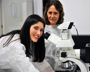 Bianca Stocco, à esquerda, pesquisadora da FCFRP - Foto: Divulgação/FCFRP