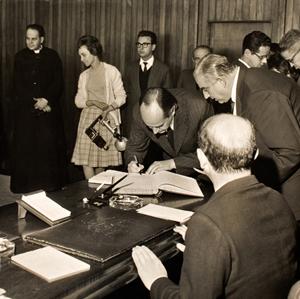Paulo Emílio assina, em 1961, convênio com a USP para transferência do acervo de filmes para a Cidade Universitária, o que nunca aconteceu - Foto: Divulgação/Cinemateca