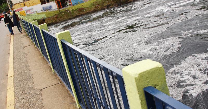 Águas poluídas do Rio Tietê em Pirapora do Bom Jesus, interior do Estado de São Paulo - Foto: Marcos Santos/USP Imagens