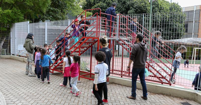 A obra inédita Escada-Escola propõe a arte na educação - Foto: Marcos Santos/USP Imagens