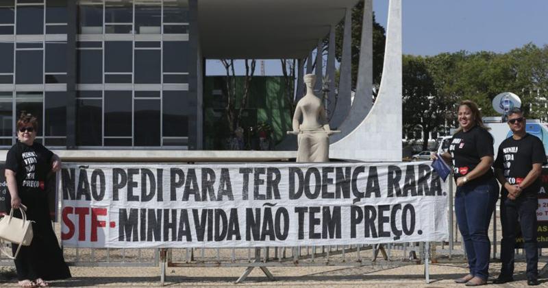 Entidades que cuidam de pacientes com doenças raras protestam em frente ao STF pela manutenção da distribuição gratuita de medicamentos que não estão na lista do Sistema Único de Saúde - Foto: Elza Fiúza / Agência Brasil