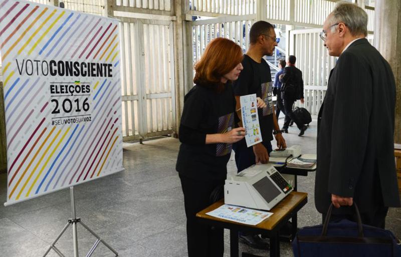 Campanha de conscientização do eleitor em relação às eleições municipais, organizada pelo Tribunal Regional Eleitoral na estação da Sé, região central - Foto: Rovena Rosa/Agência Brasil