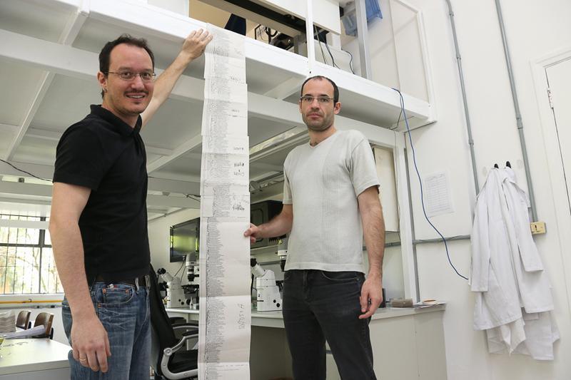 Prof. Dr. Daniel José Galafasse Lahr e Paulo Gonzales Hofstatter do laboratório do IB-USP. foto Cecília Bastos/Usp Imagens