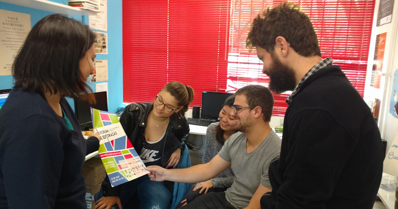 Alunos da ECA preparam o cartaz de divulgação do Fórum de Editoração