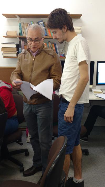 O professor Plinio Martins Filho orienta aluno na realização do Fórum de Editoração