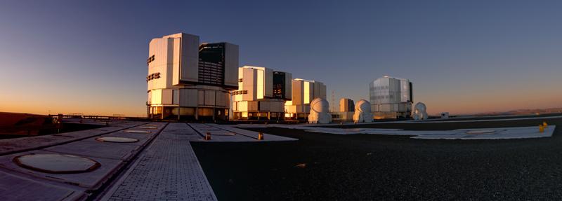 Três dos telescópios auxiliares que compõem o interferômetro do ESO (VLTI) - Foto: Gerd Weigelt