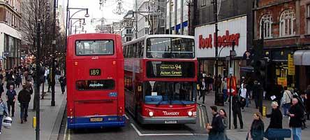Oxford Street vista de dentro de um Ùnibus. Londres, Inglaterra.