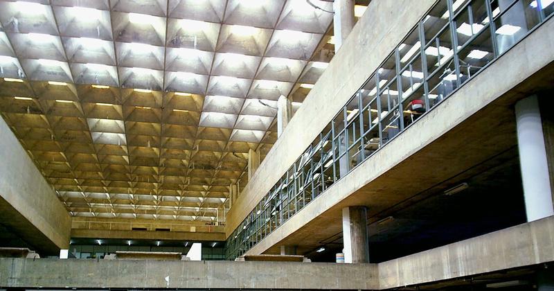 Edifício da Faculdade de Arquitetura e Urbanismo (FAU) - Foto: Gabriel Fernandes via Wikimedia Commons