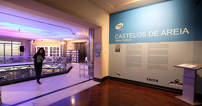 A exposição Castelos de Areia reúne 80 obras de Katia Canton