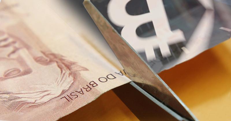 O dinheiro de papel no mundo digital se reinventa - Montagem sobre foto de Marcos Santos/USP Imagens