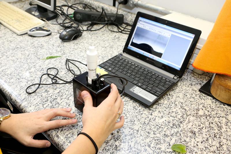 Imagem ampliada pelo medidor é usada para calcular ângulo de contato e medir absorção do líquido pela folha - Foto: Marcos Santos/USP Imagens