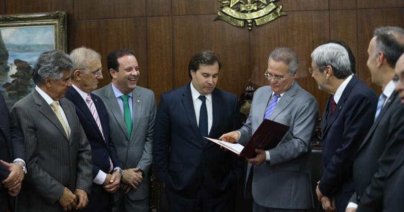O presidente da Câmara, Rodrigo Maia entrega ao presidente do Senado, Renan Calheiros, a PEC aprovada - Foto: Fabio Rodrigues Pozzebom/Agência Brasil