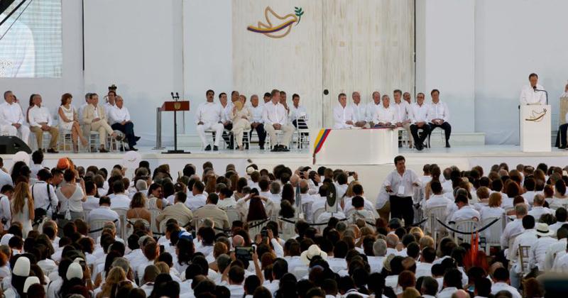 O governo da Colômbia e as FARC assinam o acordo de paz - Foto: Andrés Valle/Presidência Perú via Fotos Públicas