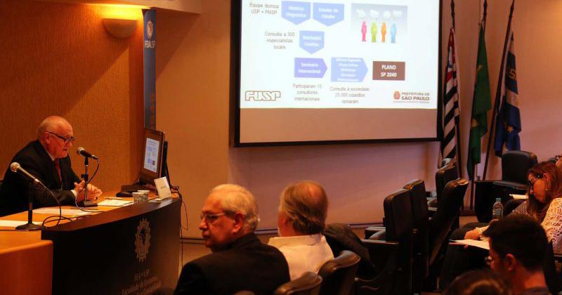 Professor James Wright demonstra a equipe por trás do projeto SP2040 Local: FEA - Foto: Cecília Bastos/USP Imagens
